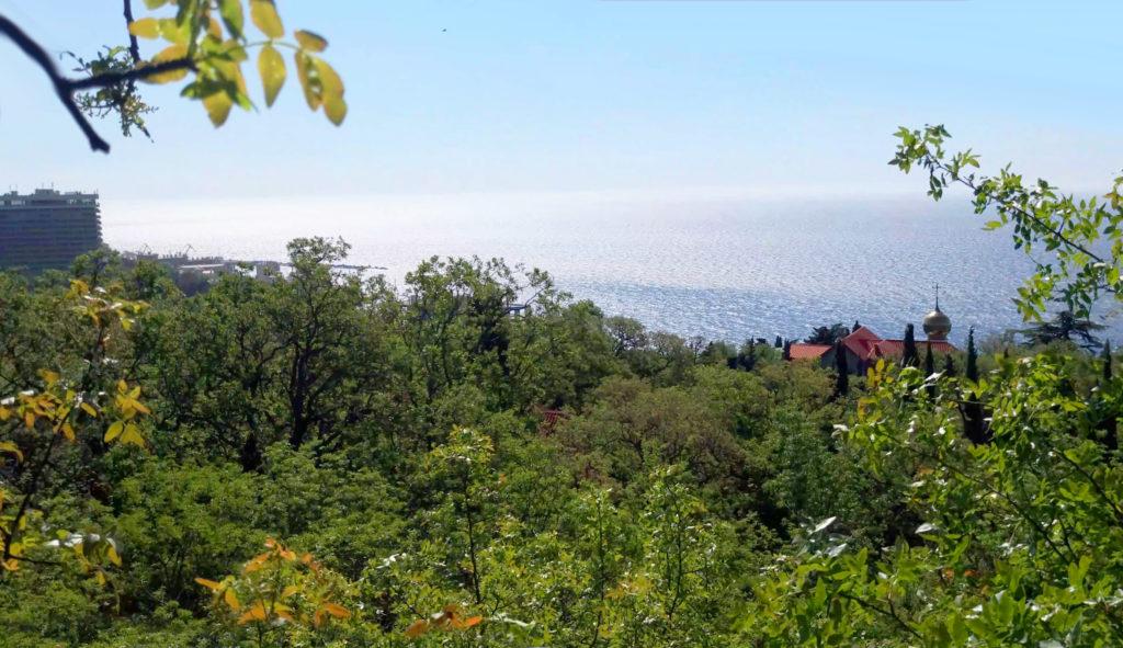 Парк Отель Ялта. Вид с площадки на море и храм Святого Николая Чудотворца