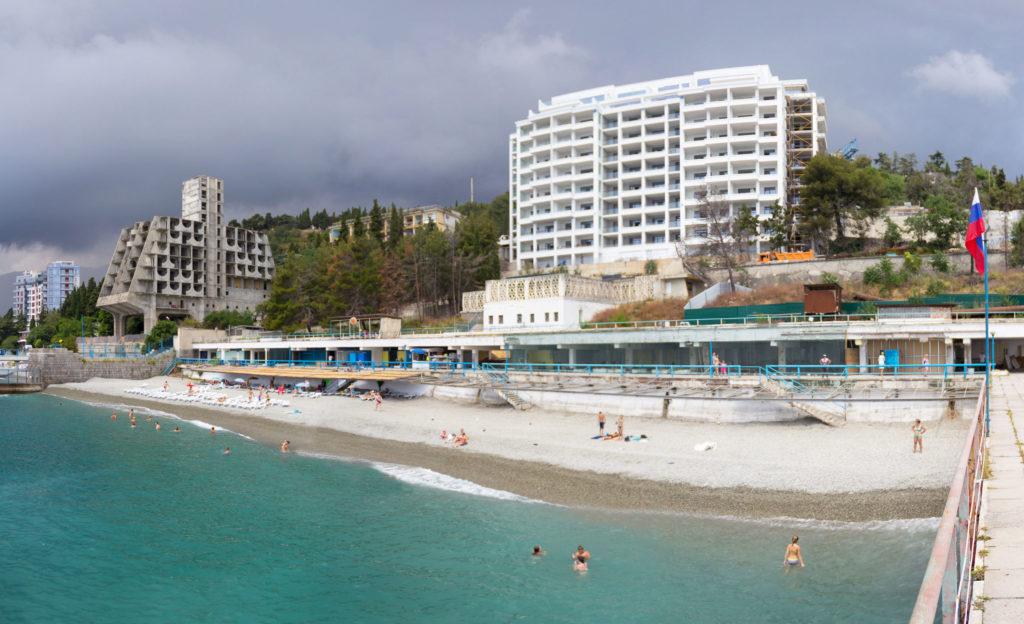 Ялтинский пляж (перед пляжем гостиницы Ялта Интурист - Yalta-Plyazh-3000