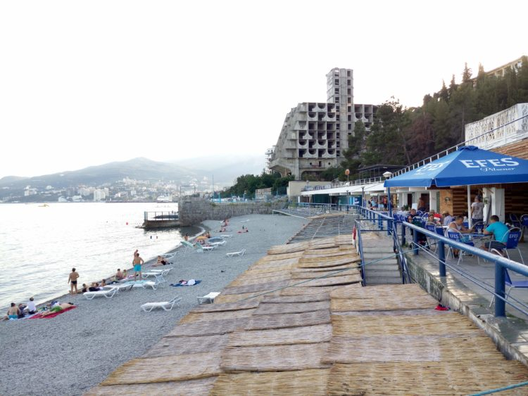 Ближайший пляж, рядом пляж гост. Ялта-Интурист